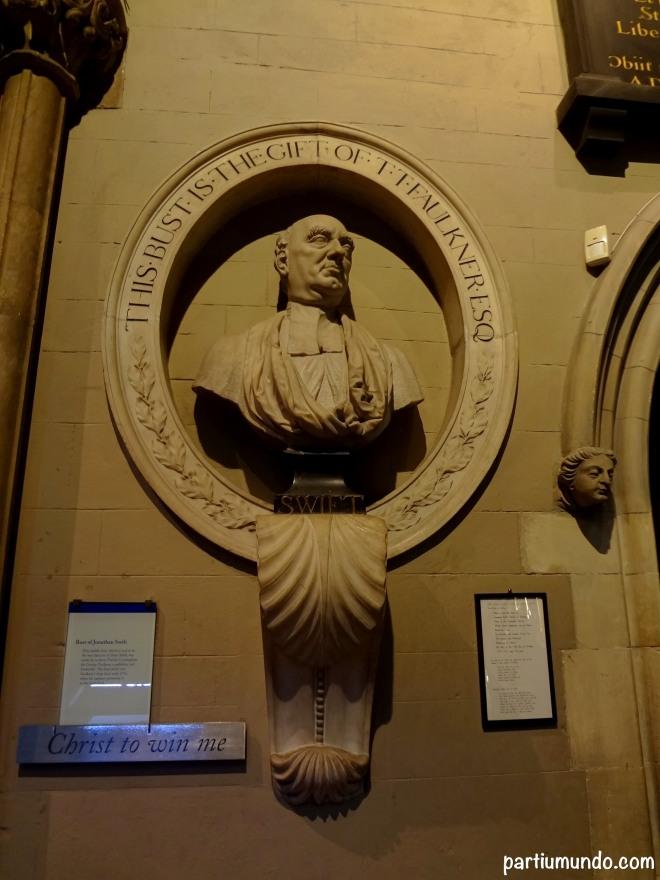 Busto do escritor satírico e Deão da Catedral, Jonathan Swift.