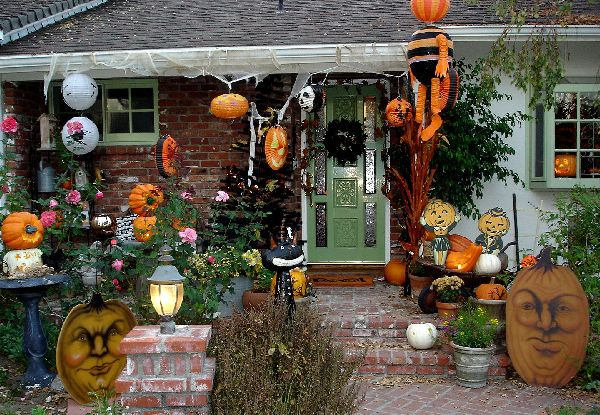 Imagem via: http://wegli.com/wp-content/uploads/2014/09/Captivating-Halloween-Outdoor-Decorating-design-with-pumpkin-also-more-halloween-accent-exterior-ideas.jpg