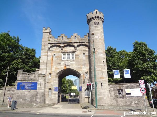 Entrada pelos jardins, próximo à Kilmainham Gaol